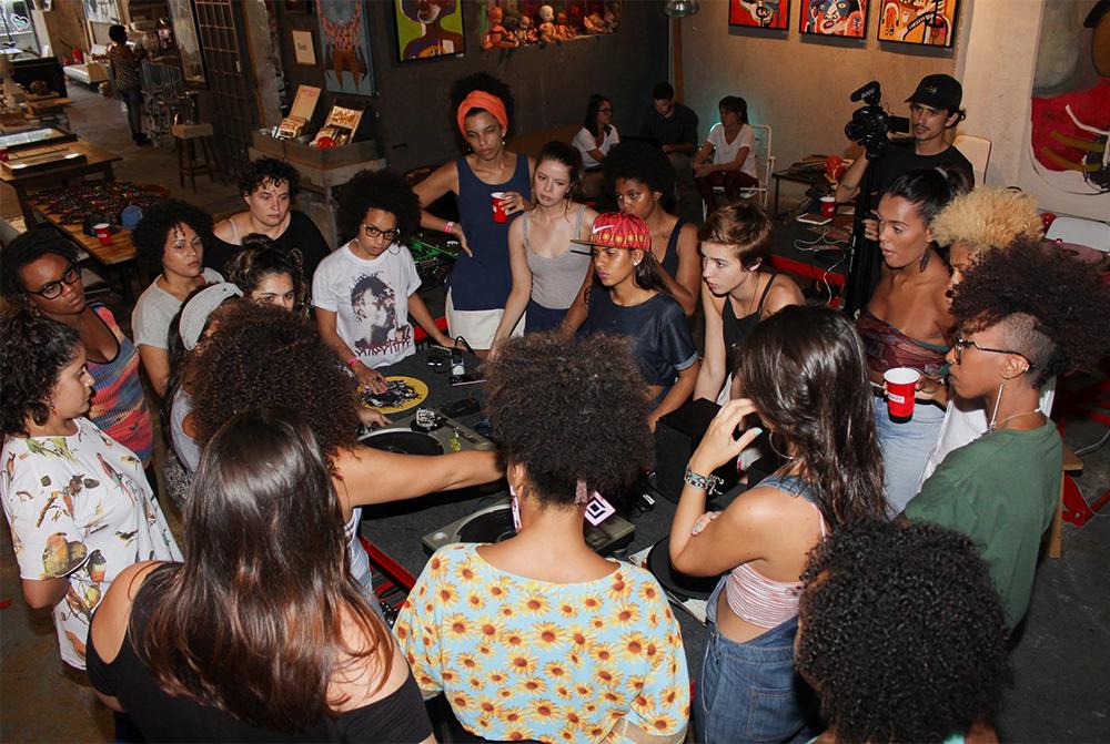 Miria e suas alunas em uma das edições do Projeto TPM (foto: divulgação)