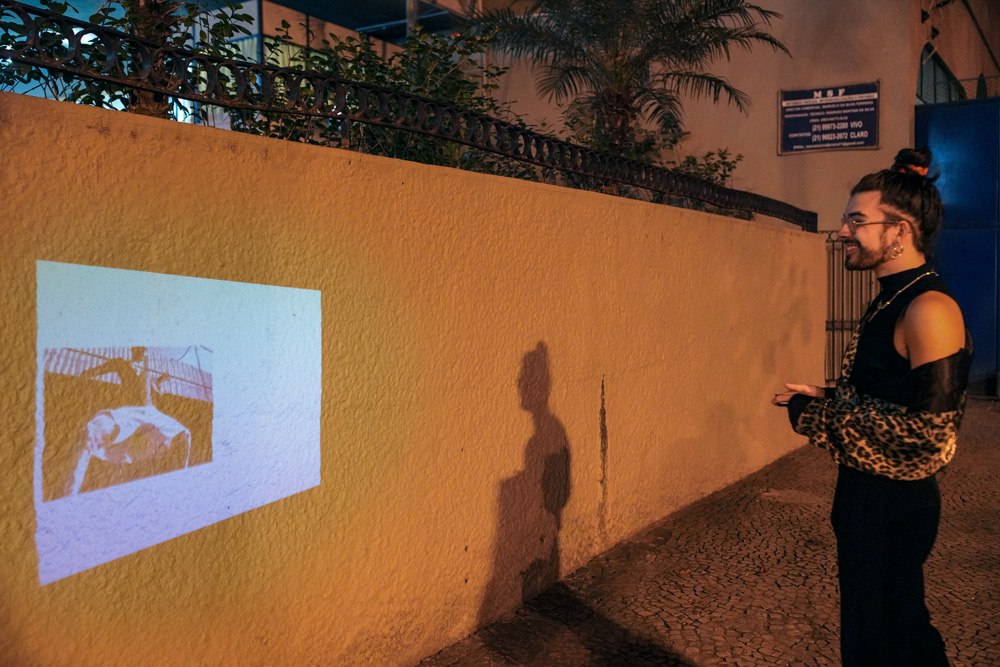 Igor Furtado projeta um de seus trabalhos pela cidade com o snap Moto Insta-Share Projector da família Moto Z