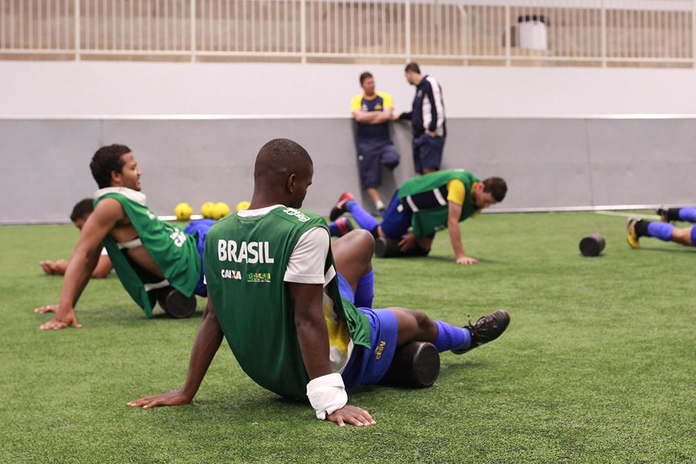 Jogadores fazem aquecimento durante treino