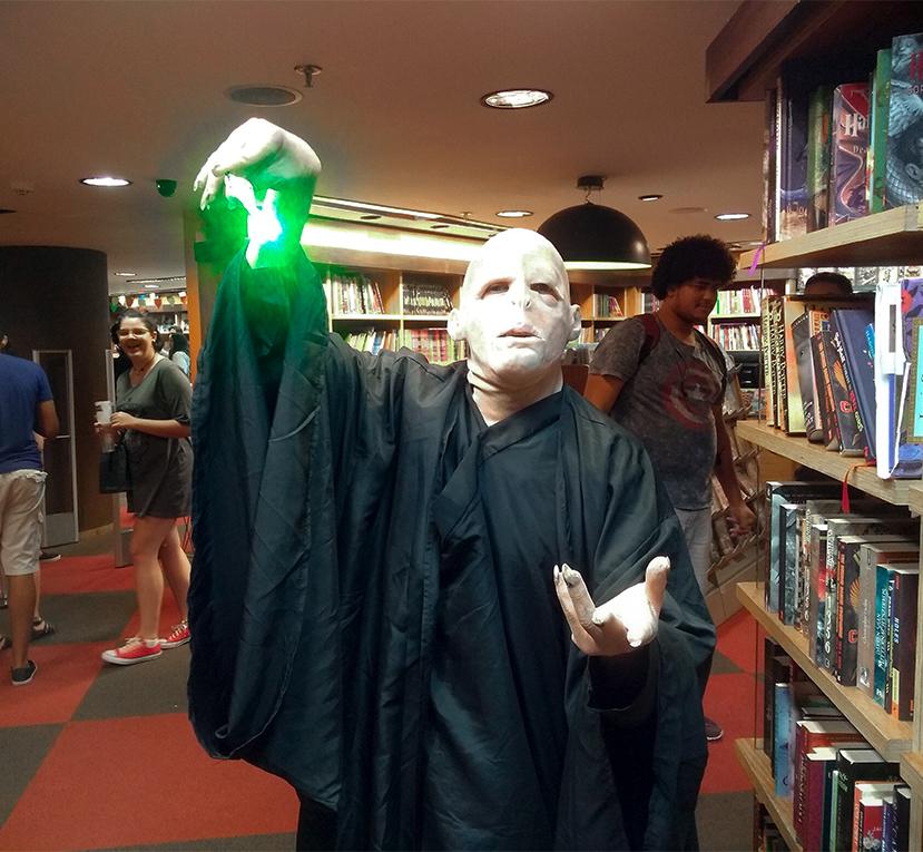 Fã fazendo cosplay de Voldemort durante o evento. Registrado com um moto g⁵s plus.
