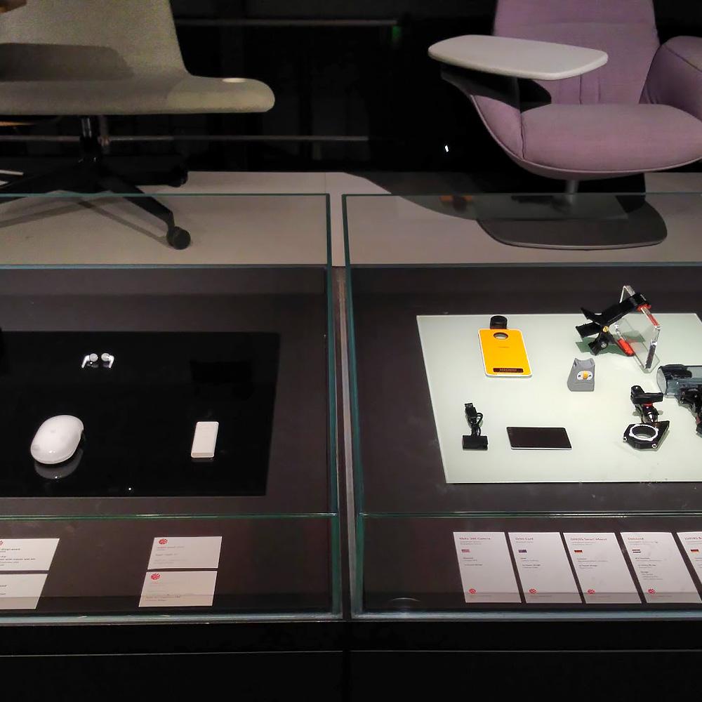 À dir., o snap Moto 360 Camera exposto no Museu Red Dot Design junto aos outros vencedores do prêmio em 2018