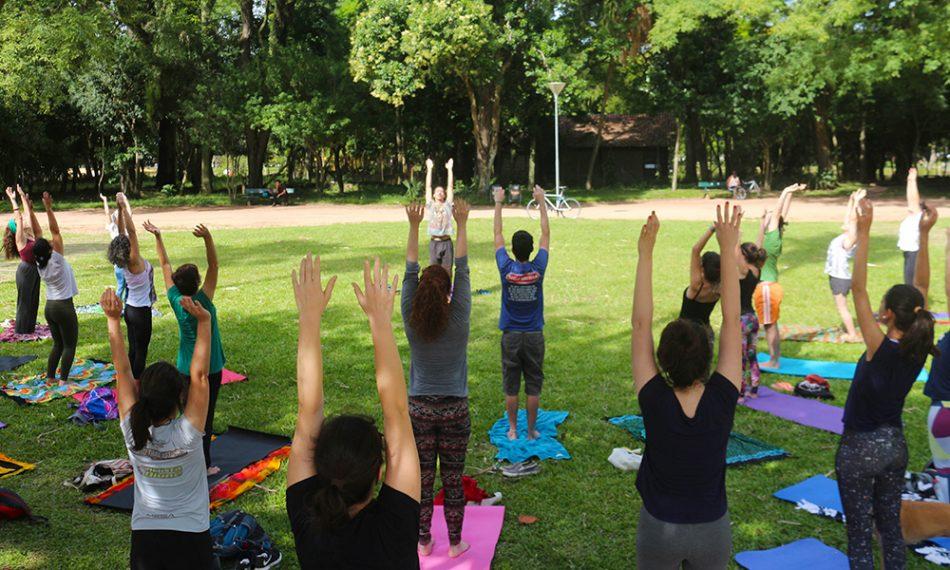 Kaiã Machado, do Coletivo Namaskar, dá aula de ioga no Parque da Redenção