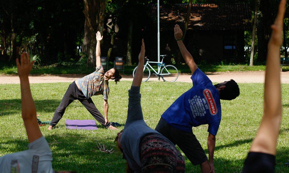 O professor faz parte do coletivo que ensina ioga gratuitamente nos parques de Porto Alegre