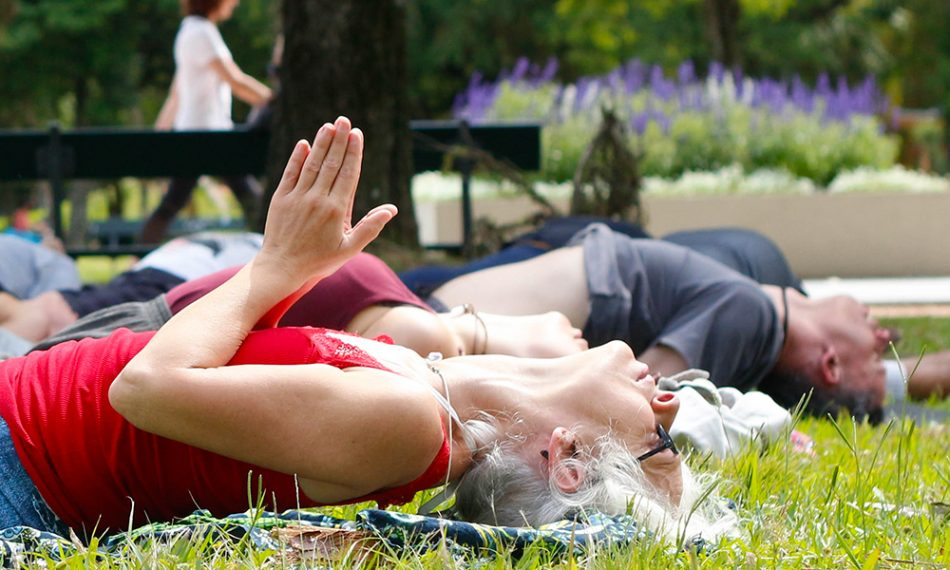 Para muitas pessoas, praticar yoga a céu aberto e em contato com a cidade faz toda diferença