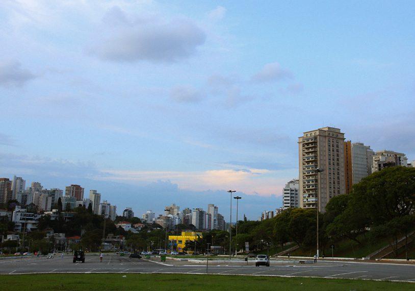 A Praça Charles Miller também tem uma vista privilegiada da cidade de São Paulo