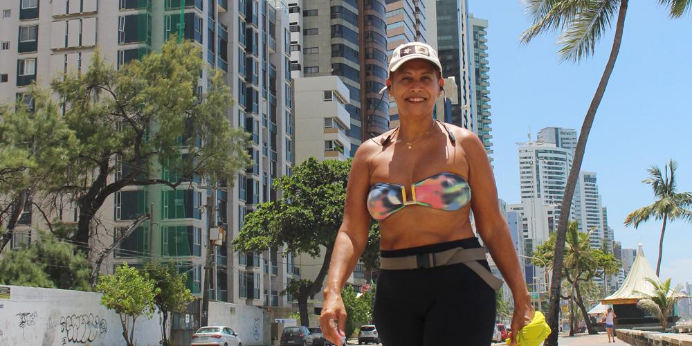 Selma Camelo, 55 anos, faz caminhada ao longo da Praia de Boa Viagem