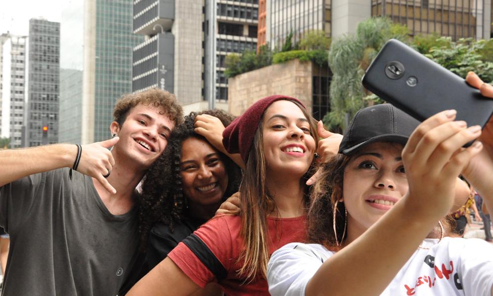 Liliane (@lihane_oliveira), Roberta (@roberta_fruchi), Andressa (@dekafly) e Augusto (@augusto.bernard), do grupo Pés no Asfalto, fazem selfie com o moto g⁷ play