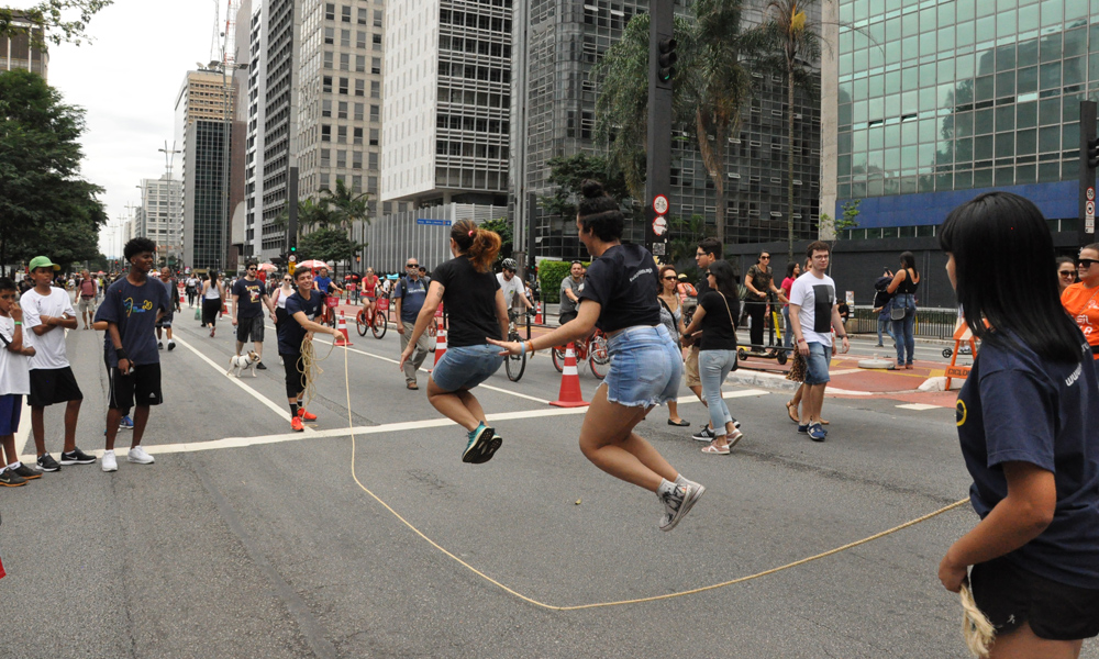A Fundação Gol de Letra convidou todo mundo para pular corda no meio da Avenida Paulista