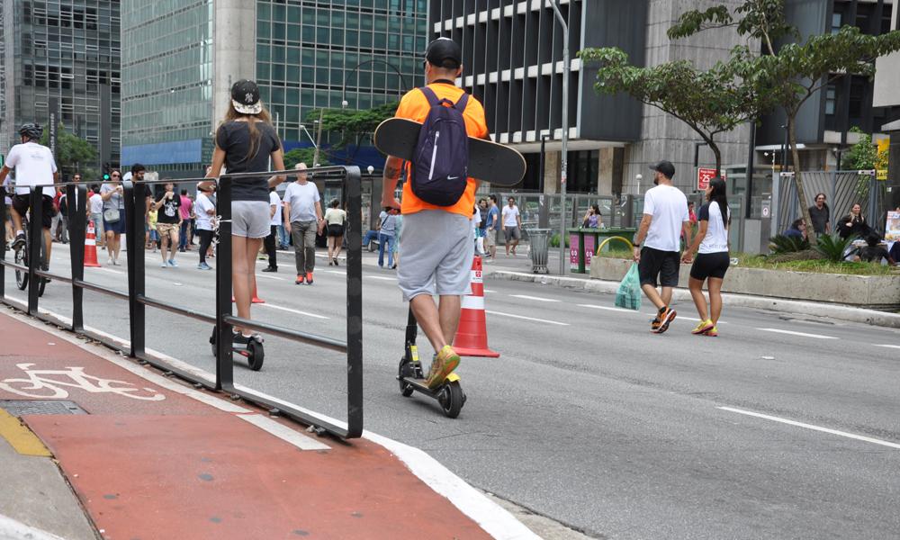 Patinetes e bicicletas estão entre as atividades escolhidas por quem passa o domingo na Paulista