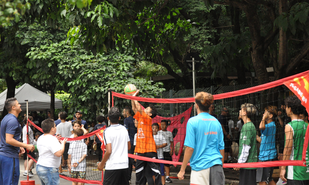 Muitas crianças e adolescentes se aventuraram no vôlei na rua.
