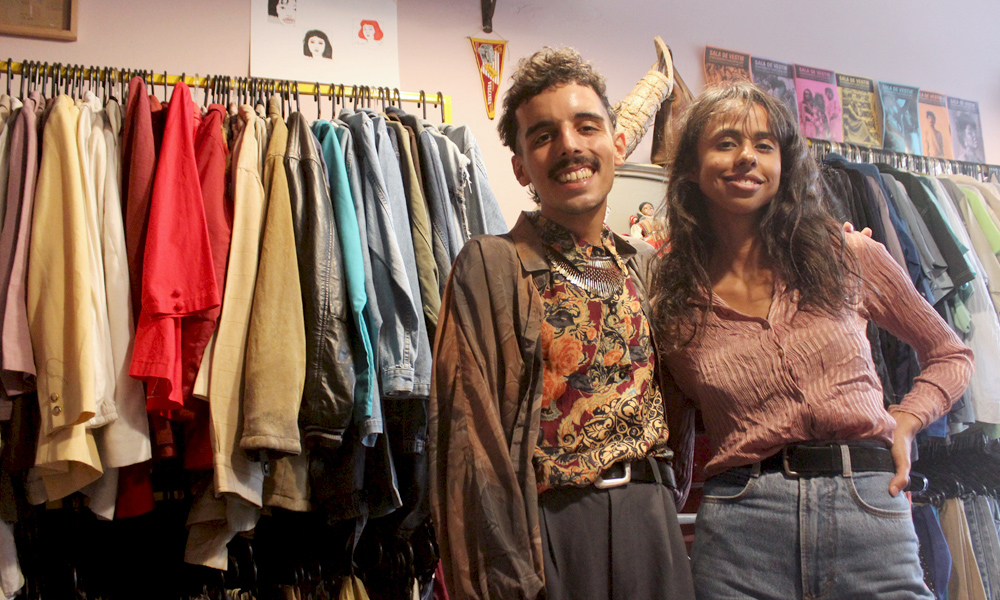 """Thiago e Bárbara, do Camaleoa Brechó, afirmam que """"a peça exclusiva reforça a identidade"""""""