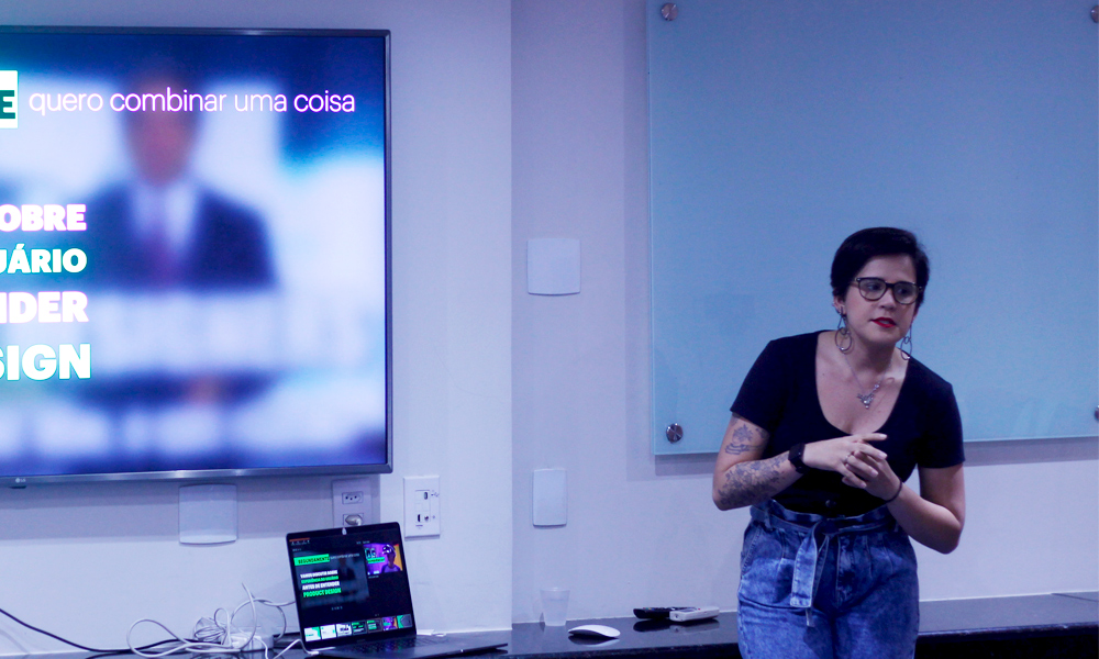 Carla Nascimento durante palestra no Geek Night Recife
