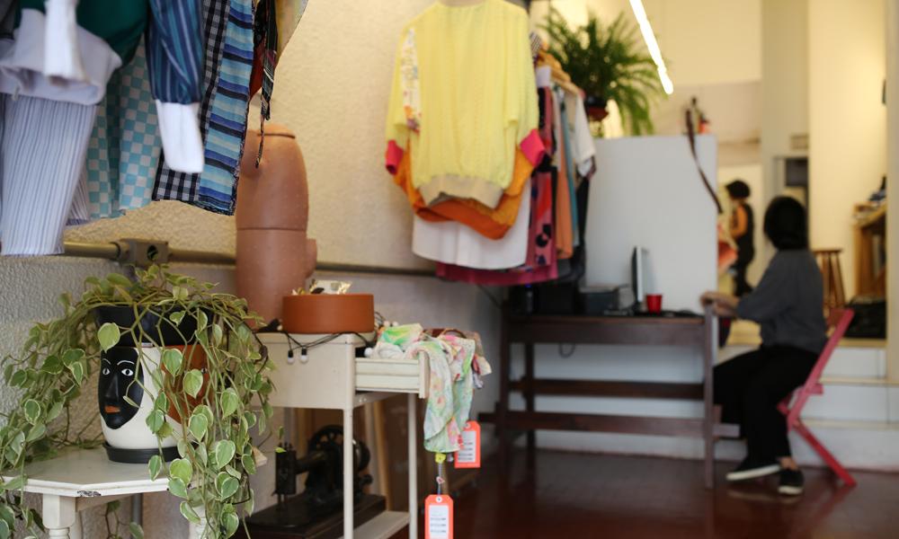 Re-Roupa: a loja-ateliê expõe suas criações conscientes repleta de cores e formas inovadoras, tudo feito a partir de peças que já existem