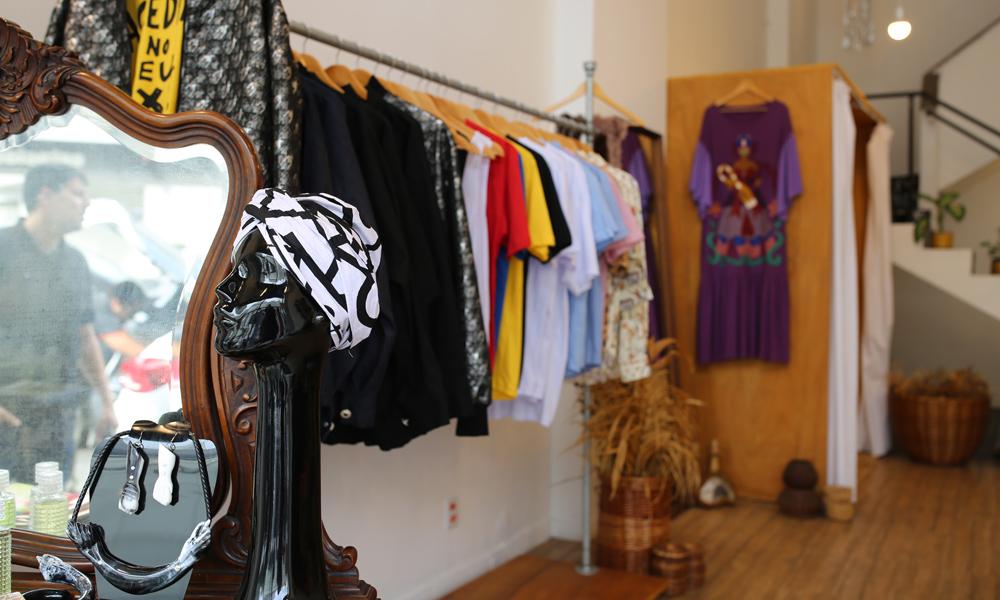 Isaac Silva: da Casa de Criadores para a Vila Buarque, o espaço reúne as criações cheias de axé do estilista
