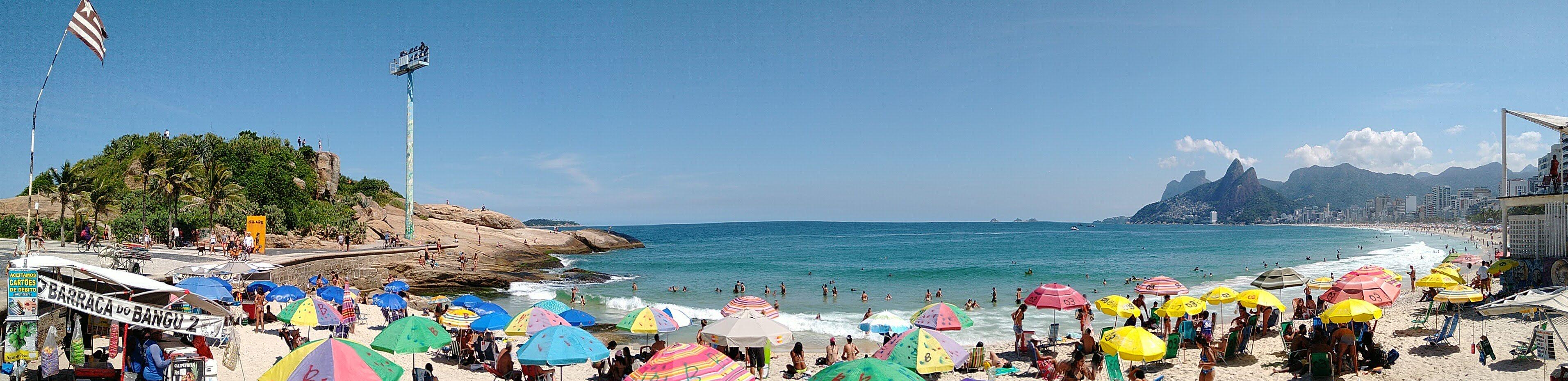 Praia do Arpoador em um típico sábado de sol. Imagem panorâmica feita com o moto g⁷ plus