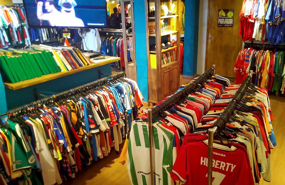 Café, bar e loja de camisetas antigas tornou-se o ponto de encontro mais famoso dos porto-alegrenses fanáticos