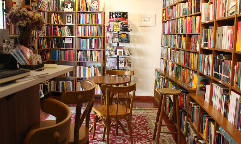 As mesinhas e o café complementam a leitura na Livraria Taverna
