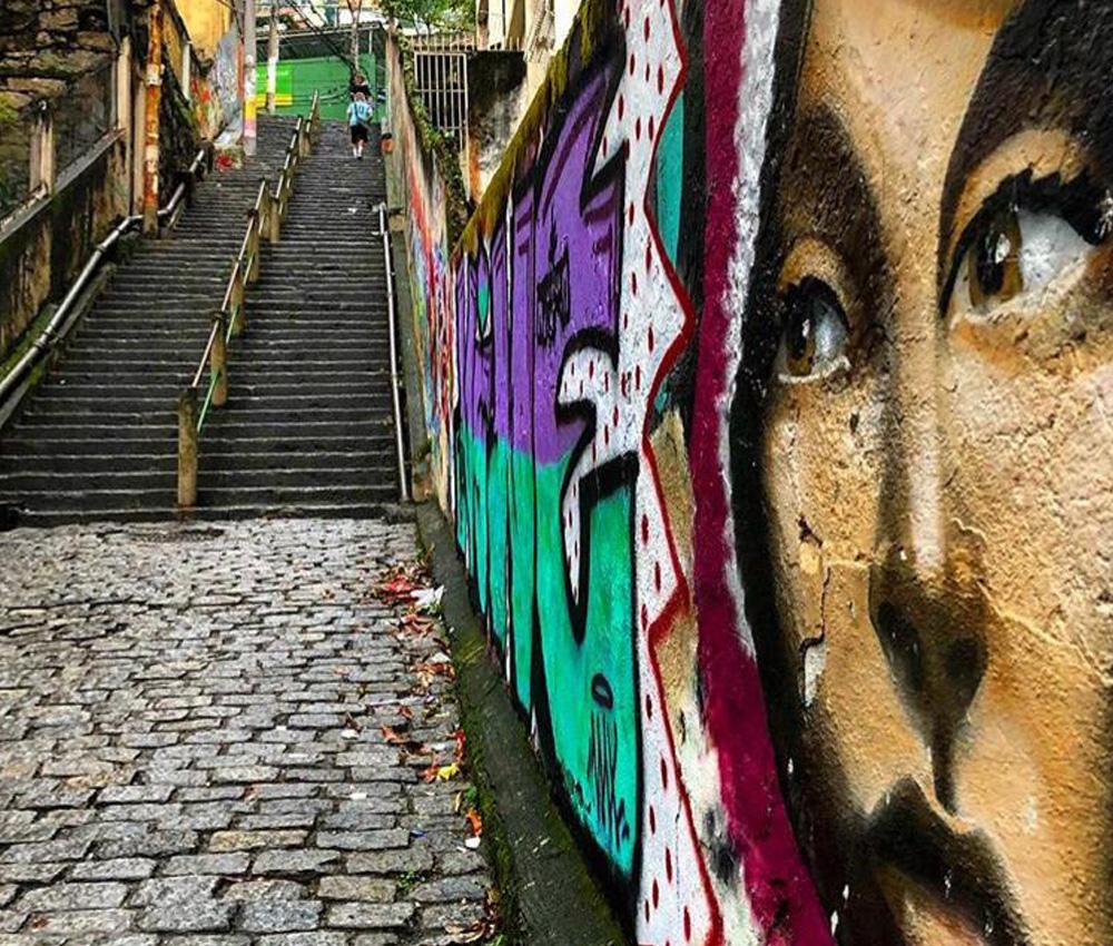 Escadaria que liga o complexo Cantagalo/Pavão-Pavãozinho ao asfalto de Copacabana. Imagem feita com o recurso Filtro Interativo do moto g⁷ plus