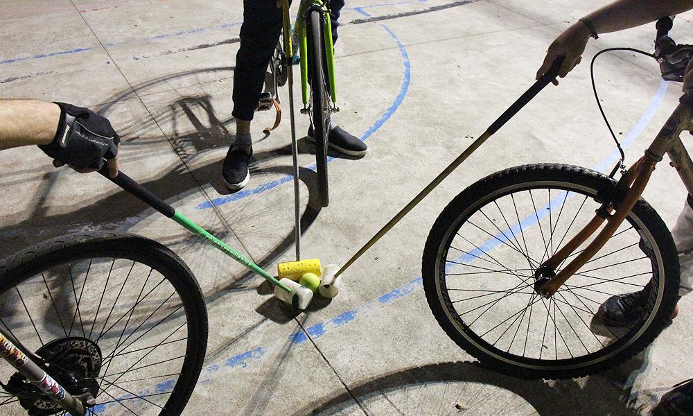 Os times de bike polo são compostos por três jogadores